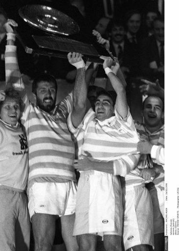 Patrick Serrière, président de l'association Ciel et Blanc Rugby, soulève le brennus en 1990